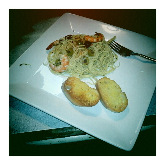 manila :: homemade pesto olive oil and shrimp pasta with garlic bread